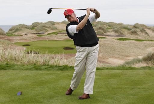 Trump vuelve a jugar golf en uno de sus clubes tras pausa por la pandemia