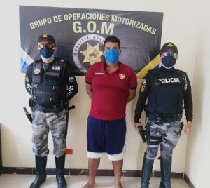 En Chone policías capturan a un hombre con droga