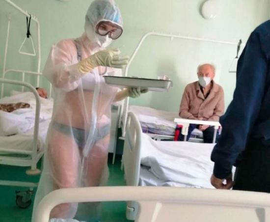 Enfermera atendió a pacientes con traje transparente y se viralizó en las redes