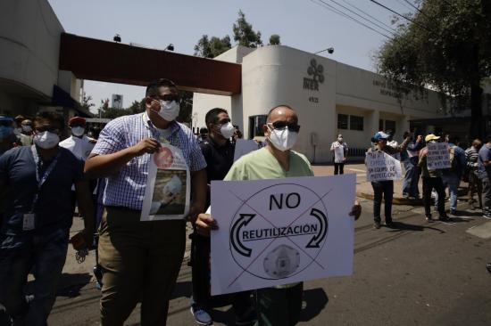 Personal de salud en México denuncia que los obligan a reutilizar mascarillas