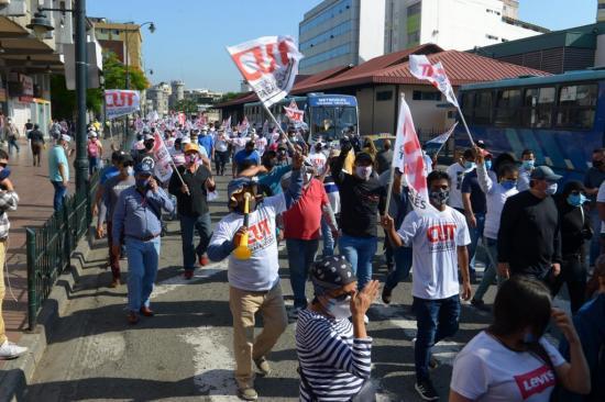 Rompen la cuarentena para marchar en defensa de los derechos laborales