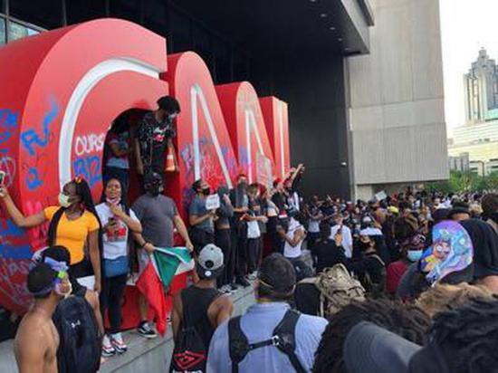 Manifestantes causan daños en sede de CNN durante protestas por muerte de George Floyd