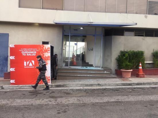 Lanzan un artefacto explosivo en las instalaciones de Teleamazonas Guayaquil
