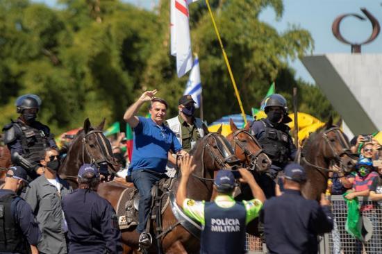El presidente brasileño Jair Bolsonaro se pasea a caballo entre miles de personas e ignora al COVID-19