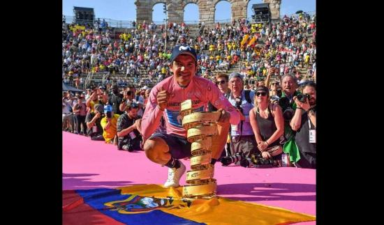 Richard Carapaz celebra su primer año de conquistar el Giro de Italia a 4.700 metros de altura