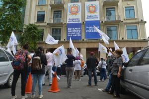 Simpatizantes de Carlos Luis Morales realizan plantón en los exteriores de la prefectura del Guayas