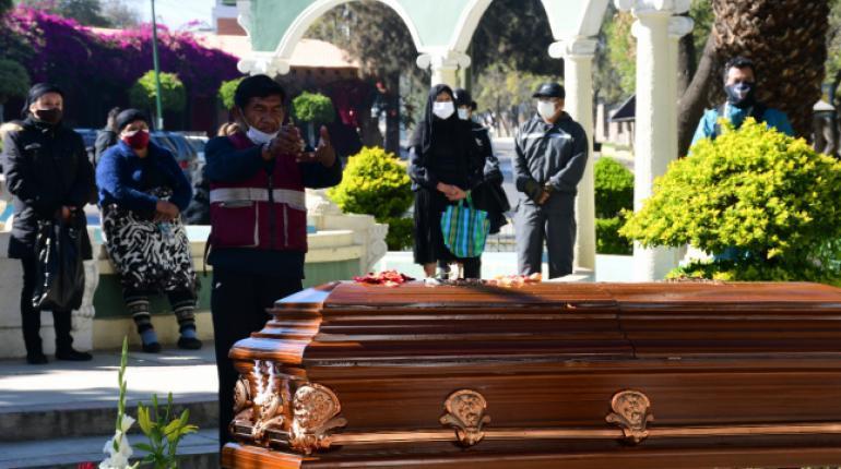 Vuelven con sus familiares fallecidos a casa tras el cierre de un cementerio en Cochabamba