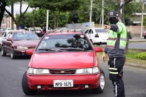 Con el semáforo amarillo los vehículos particulares pueden circular con dos personas y, excepcionalmente, cuatro