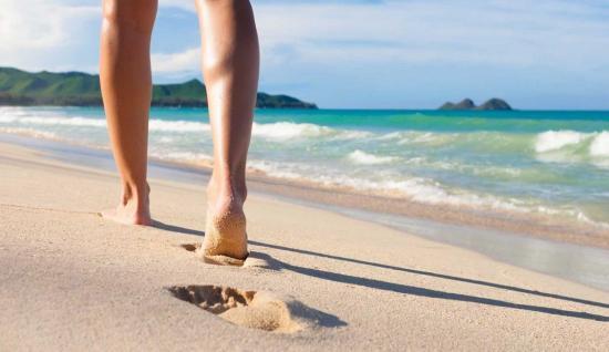 Experto dice que caminar por la playa puede ocasionar esguinces, sobrecargas musculares, lumbalgias o dolor de cadera