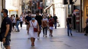 España, en alerta por COVID-19, con la primera ciudad confinada por rebrote