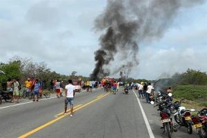 Siete personas mueren al explotar un camión cisterna del que robaban gasolina