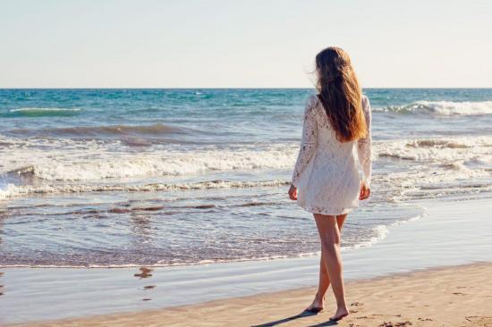 Pasear por playas o lagos se relaciona con mejoras en la salud mental, según un estudio