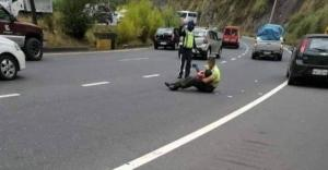 Policía calma a niño accidentado enseñándole videos en plena avenida en Quito