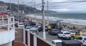 Más de 400 personas fueron desalojadas de la playa de Crucita durante el fin de semana