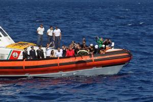 Italia busca barcos para hacer pruebas de coronavirus Covid-19 a los migrantes