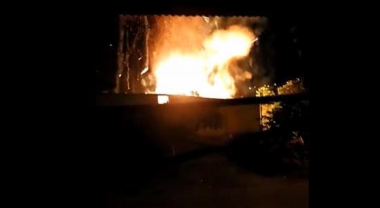 Voraz incendio consume una vivienda en el cantón El Carmen