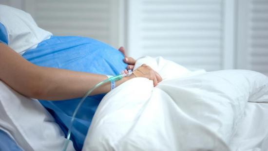 Detectan un caso de contagio de coronavirus de madre a bebé desde la placenta