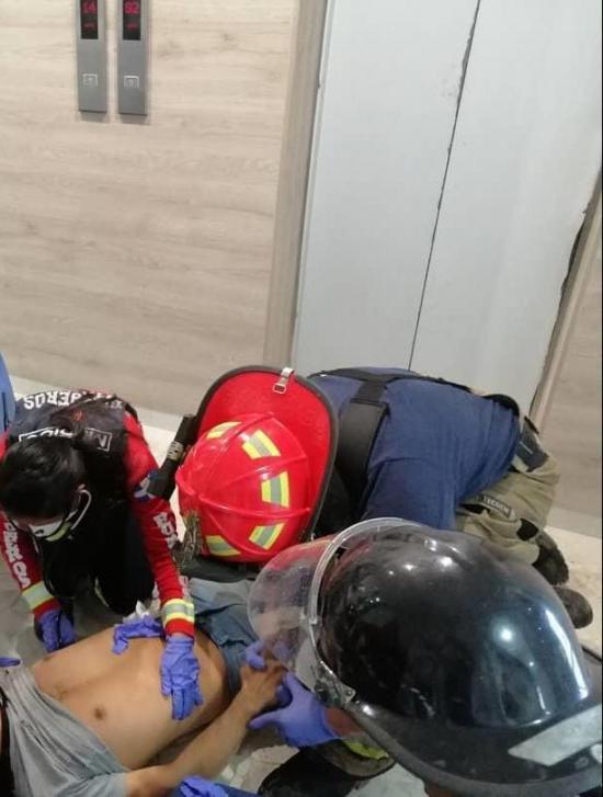 Hombre resulta herido tras quedar atrapado en un ascensor