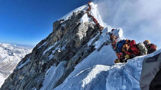 Nepal reabre el monte Everest tras cuatro meses cerrado por la COVID-19