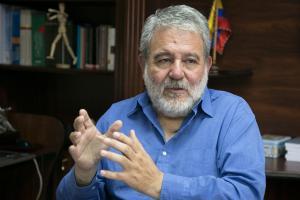 """Luis Verdesoto, consejero del CNE, dice que """"el reglamento quita importancia a las mujeres"""""""
