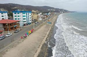 El COE cantonal de Portoviejo suspende la reapertura de la playa de Crucita