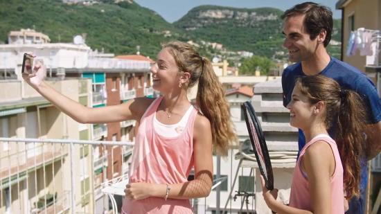 Federer sorprende a dos niñas italianas y les regala campus en la Academia Nadal