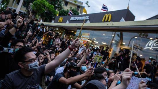 Manifestantes disfrazados de Harry Potter protestan contra el gobierno de Tailandia
