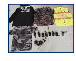 Allanan una casa en la ciudadela 20 de Mayo y localizan varios uniformes de policías