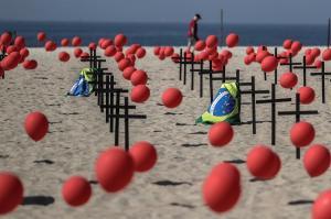 Icónica playa de Copacabana amanece con cruces en tributo a muertes por covid-19