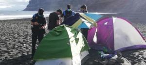 Desalojan campamento en una playa de España organizado para contagiar la covid-19