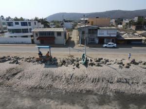 La playa de Crucita luce sin bañistas en pleno feriado; COE cantonal realiza controles