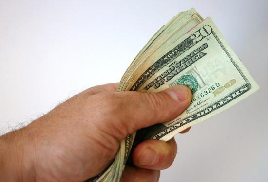 Gobierno libanés trata de evitar que el dólar se dispare tras la explosión