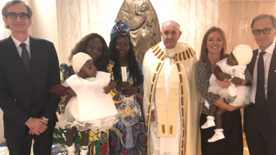 El papa bautizó a las niñas siamesas unidas por la cabeza separadas en Roma