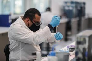 Interrupción de ensayos de la vacuna de Oxford 'no es un revés', dice el gobierno británico