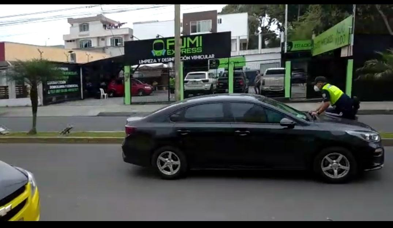 Chofer detenido tras 'llevarse' en el capó de su carro a un agente de tránsito