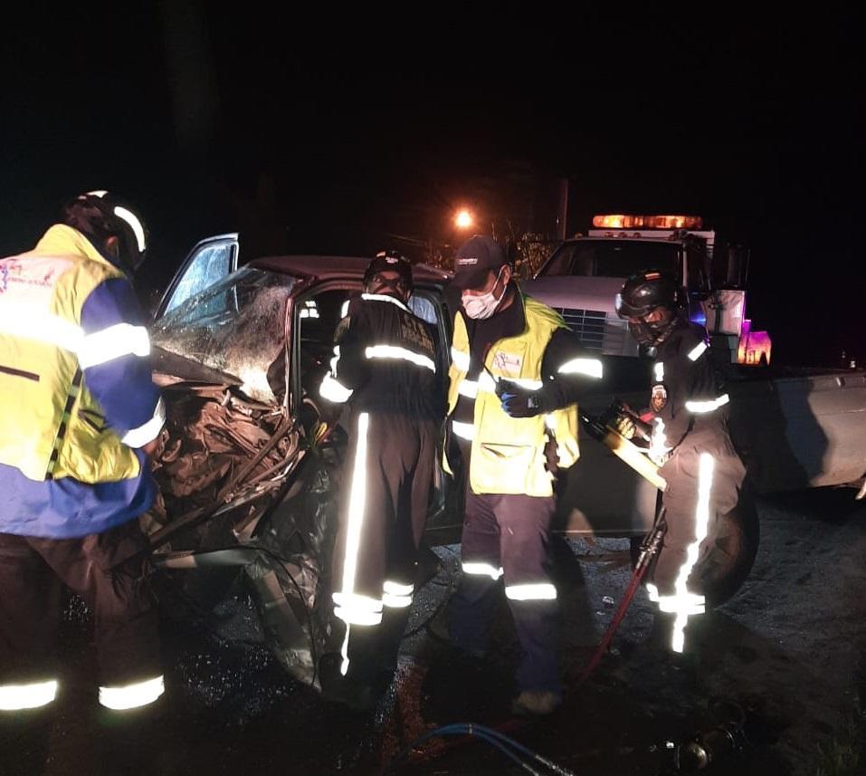 Queda atrapado en su camioneta tras choque en la vía  Alóag-Santo Domingo