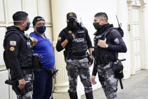 PORTOVIEJO: 7.500 dólares se llevaron dos delincuentes que asaltaron a una madre y su hijo