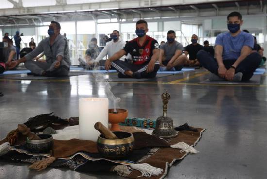 Policías colombianos reciben talleres de yoga para manejar sus emociones
