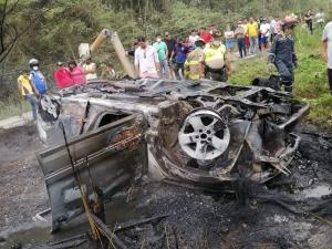 En Sucre un automóvil se incendia tras chocar contra poste de luz