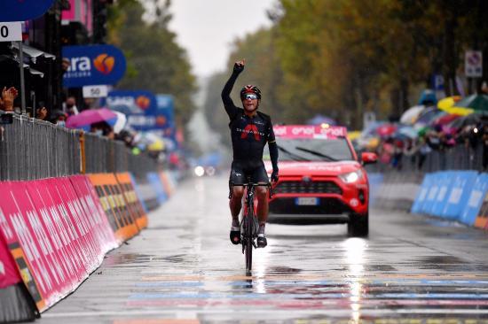 Richard Carapaz felicita a Jhonatan Narváez por su logro en el Giro de Italia