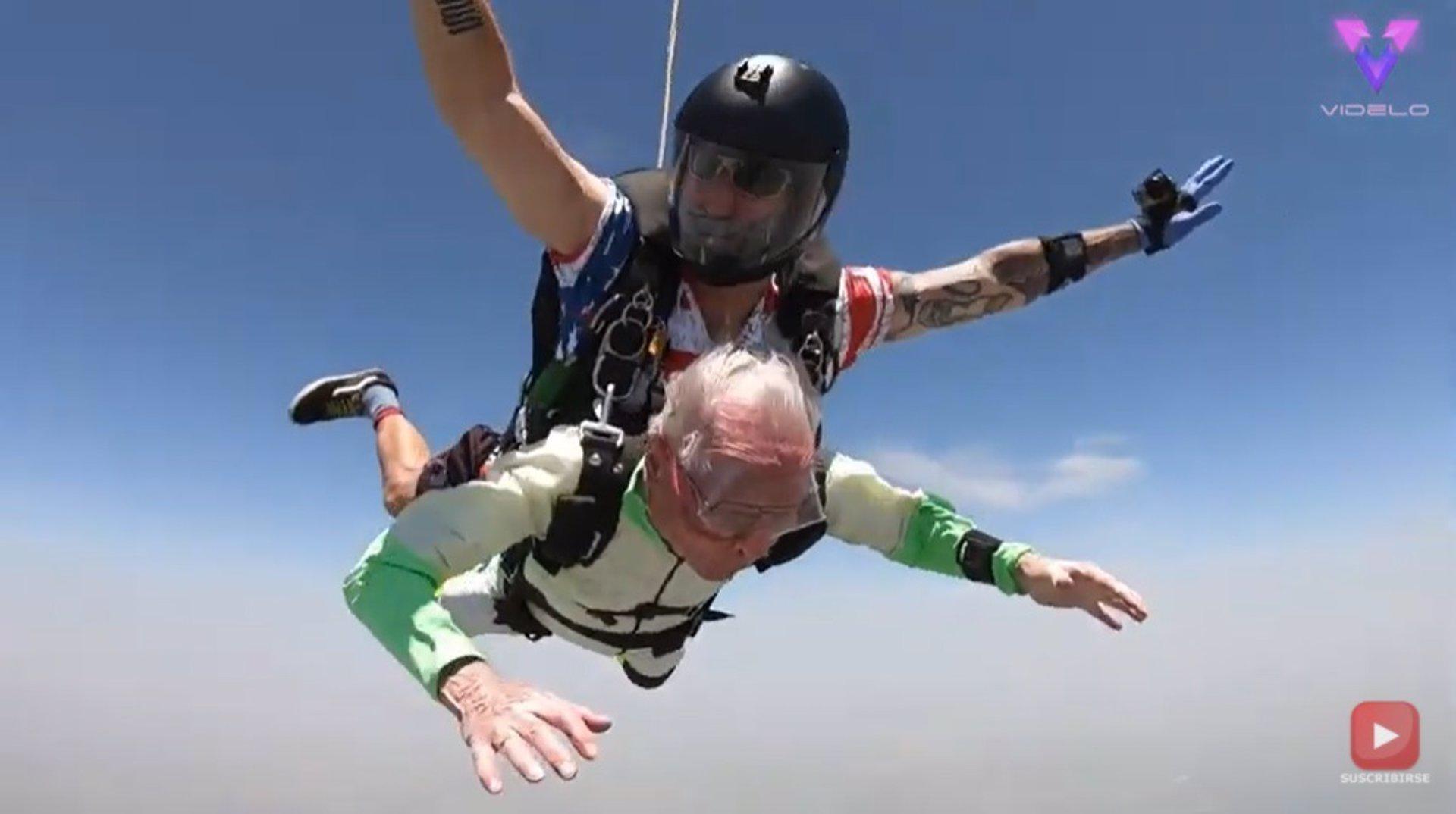 Un hombre de 103 años bate un récord mundial lanzándose en paracaídas