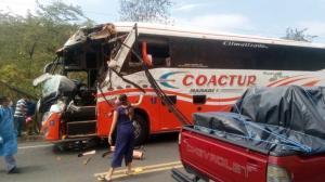 JAMA: Choque entre una Coactur y un camión deja a cuatro personas heridas