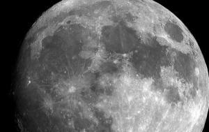 Hallan datos inequívocos de agua en la Luna y bolsas que pueden albergarla