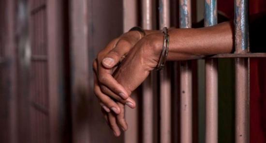 Hombre es detenido por agresión y tenencia de arma