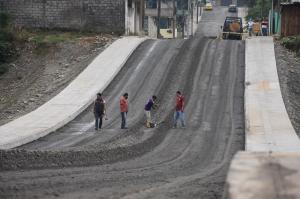 El municipio trabaja en el asfaltado de la avenida Quitumbes