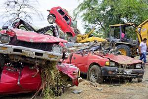 En Portoviejo chatarizan vehículos retenidos hace 10 años