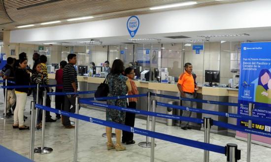 En el feriado los bancos del Ecuador atenderán sólo en los centros comerciales