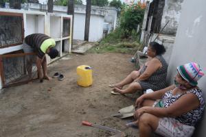 Habitantes de El Carmen acuden a los cementerios del cantón a visitar a sus seres queridos