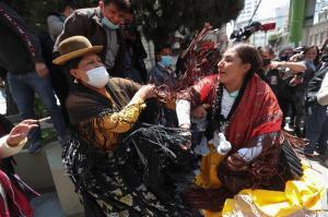 Una rueda de prensa termina en una pelea al modo de la lucha libre boliviana