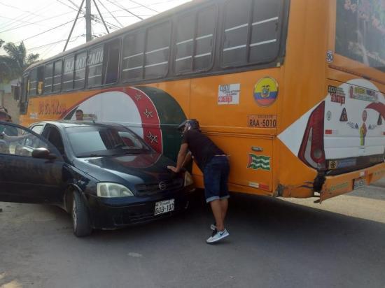 PORTOVIEJO: Un bus y un auto chocan en ingreso a las Orquídeas